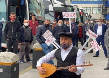 Yaptığı sıra dışı şarkılar ve dikkat çektiği konularla gündem olan türkücü Aydın Aydın, yine ilginç bir eyleme imza atarak, İstanbul Esenler Otogarı'nda vatandaşlara 'gülme' sattı.